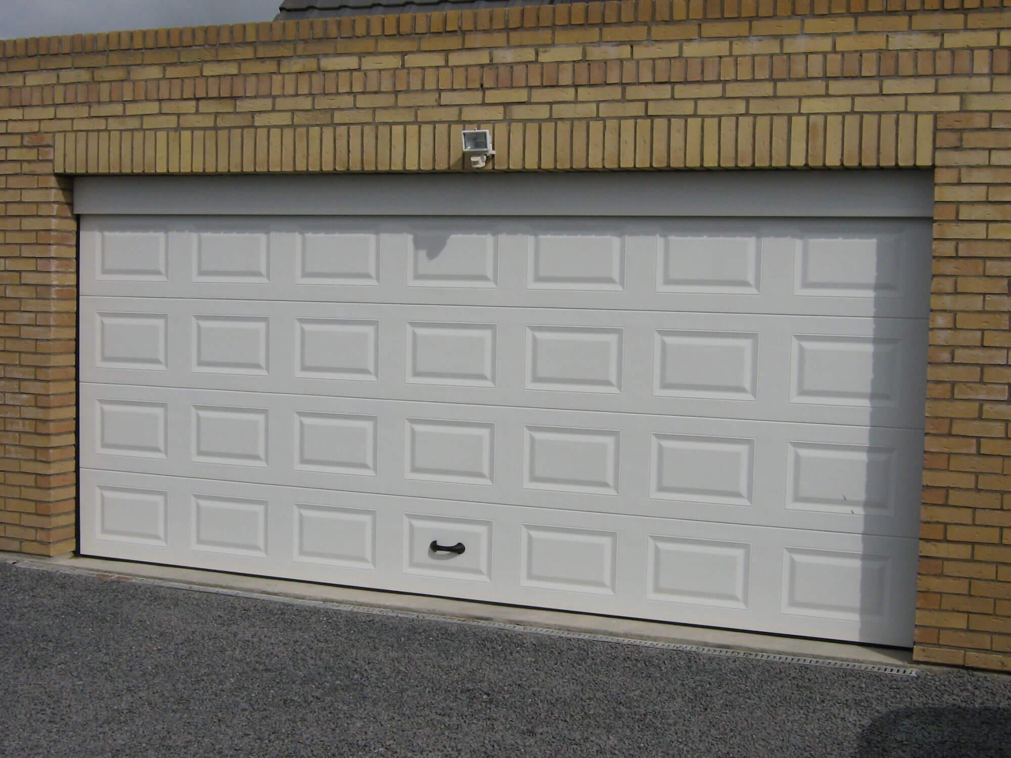 Porte de garage à cassettes blanche - Réalisation Inorbat
